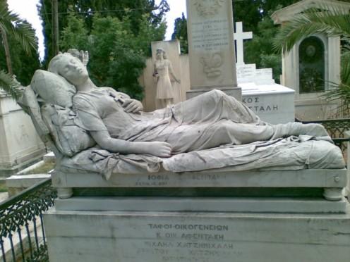 Το 1878 η Σοφία Αφεντάκη, πέθανε σε ηλικία μόλις 18 ετών από φυματίωση. Ο πατέρας της Γεώργιος Αφεντάκης κάλεσε τον γνωστό γλύπτη Γιαννούλη Χαλεπά να φτιάξει ένα άγαλμα που θα σκέπαζε το μνήμα της στο Α' Νεκροταφείο. Έτσι δημιουργήθηκε η περίφημη Κοιμωμένη του Χαλεπά, ένα άγαλμα που στάθηκε αφορμή να περάσει στην αιωνιότητα η μνήμη της Σοφίας Αφεντάκη, που έμεινε πλέον γνωστή ως η Κοιμωμένη του Χαλεπά.